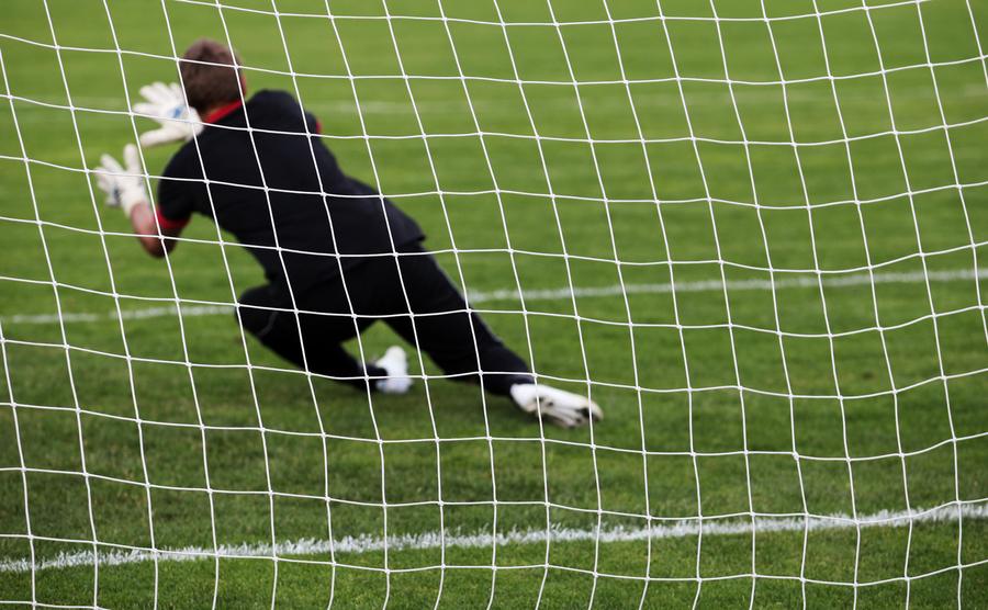 Assistenttræner | Målmanden redder bolden